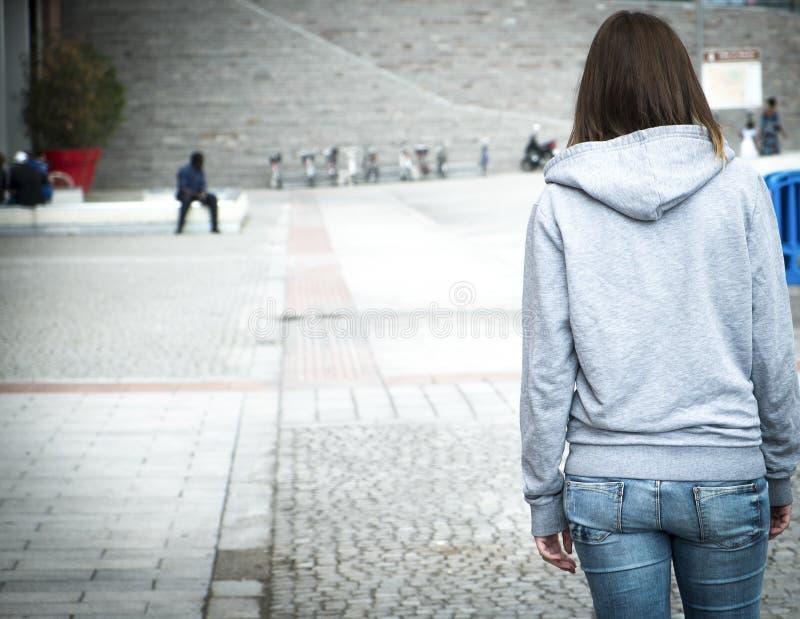 Fille urbaine d'abus de solitude photo libre de droits