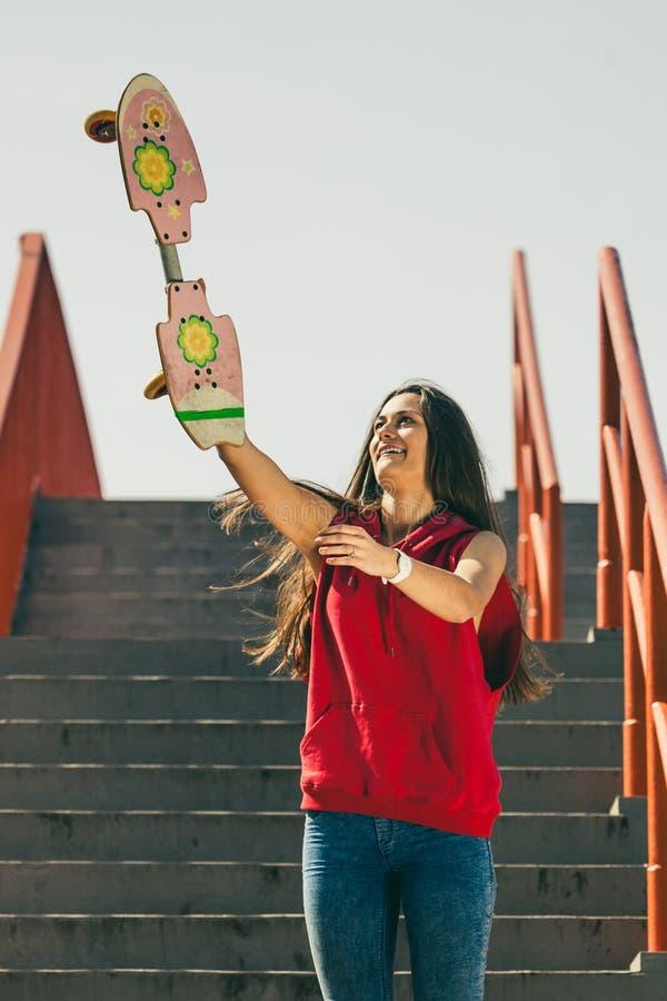 Fille urbaine de patin avec la planche à roulettes images libres de droits
