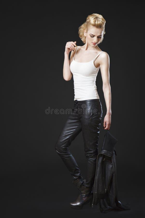 Fille utilisant la veste en cuir noire photographie stock libre de droits