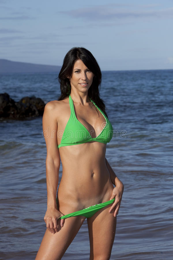 Fille verte de bikini images libres de droits