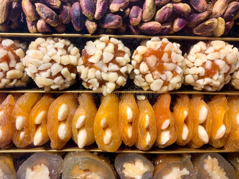 Filled torkade frukter aprikons, fikonträdet, data med muttrar, en typisk fest och använt som en gåva i arabiska länder royaltyfri bild