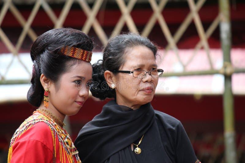 Filles à la cérémonie funèbre de Toraja photographie stock libre de droits