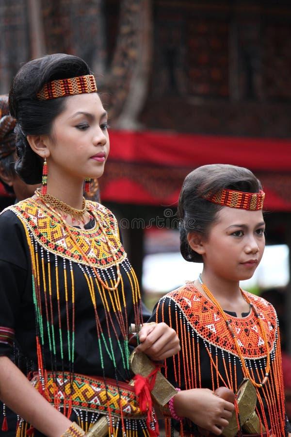 Filles à la cérémonie funèbre de Toraja photos stock