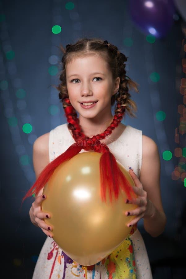 Filles à une partie avec des guirlandes, boules pour avoir l'amusement photo libre de droits