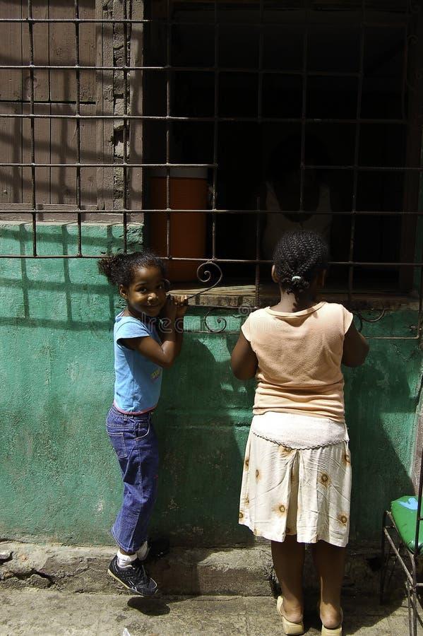 Filles achetant une pizza à La Havane image libre de droits