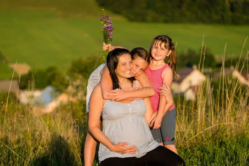 Download Filles Affectueuses étreignant La Mère Enceinte Heureuse Dehors Image stock - Image du famille, heureux: 87709719
