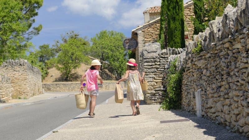 Filles arrivant du marché en Provence photographie stock