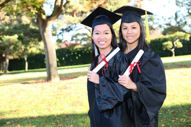 Filles asiatiques mignonnes à la graduation images libres de droits