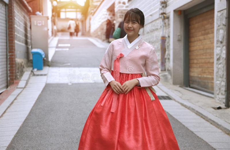 Filles asiatiques portant le hanbok qui est une robe nationale coréenne photos libres de droits