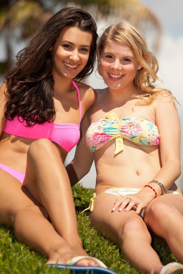 Filles assez blondes et de brunette à l'extérieur photographie stock libre de droits