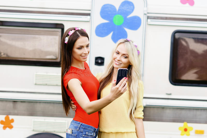 Filles attirantes, belles, jeunes prenant le selfie dehors photographie stock