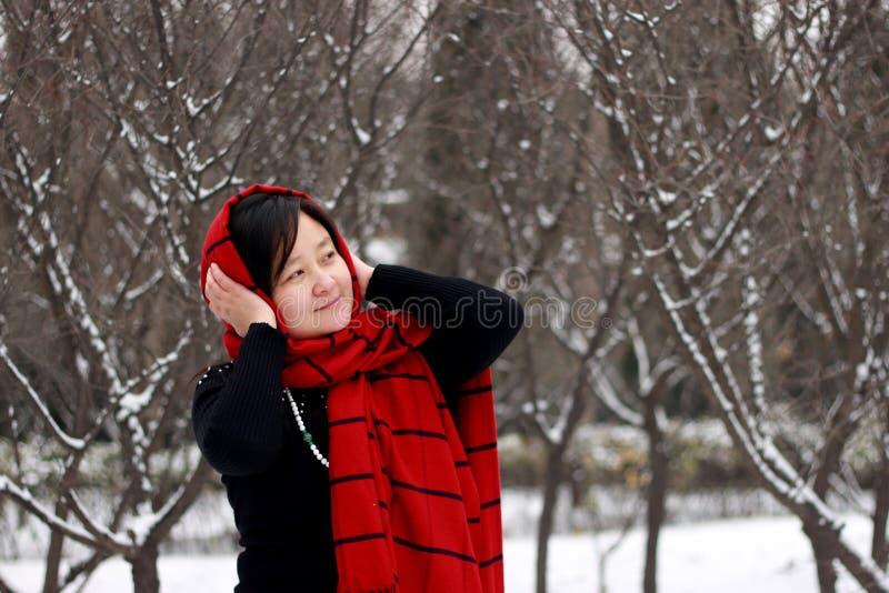 Filles aux écharpes rouges et noires dans la neige photographie stock