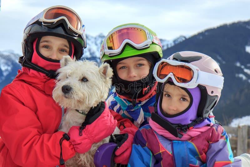Filles avec le chien sur la montagne photographie stock