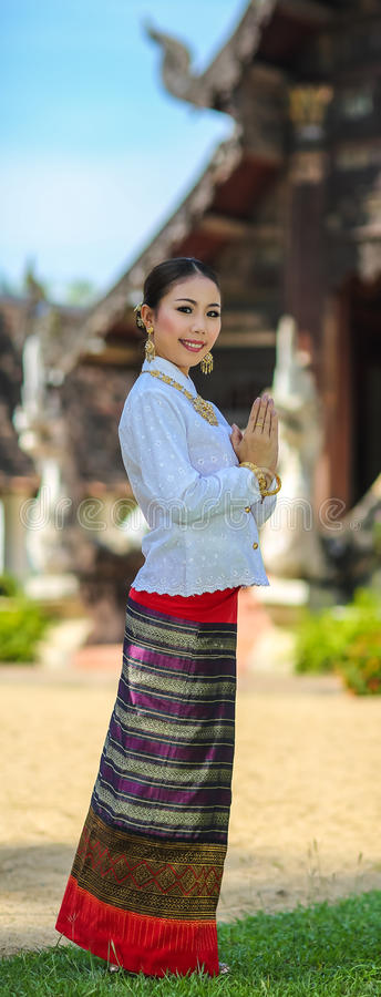 Filles avec le style du nord thaïlandais dans l'action de Sawasdee photos stock