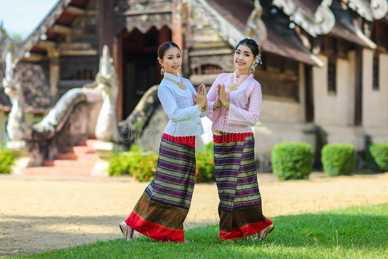 Filles avec le style du nord thaïlandais dans l'action de Sawasdee photo libre de droits