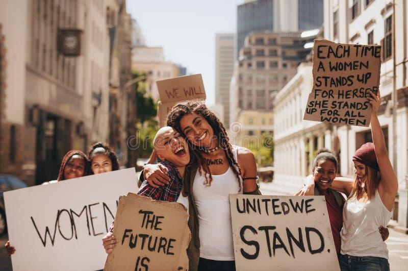 Filles ayant l'amusement à la marche du ` s de femmes photographie stock