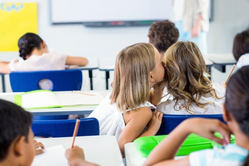 Filles bavardant dans la salle de classe images libres de droits