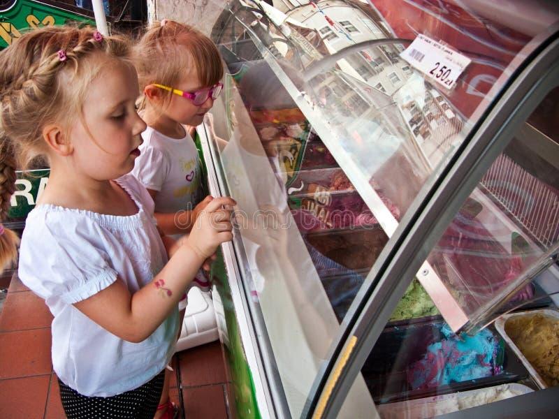 Filles choisissant la saveur de crème glacée  photo stock