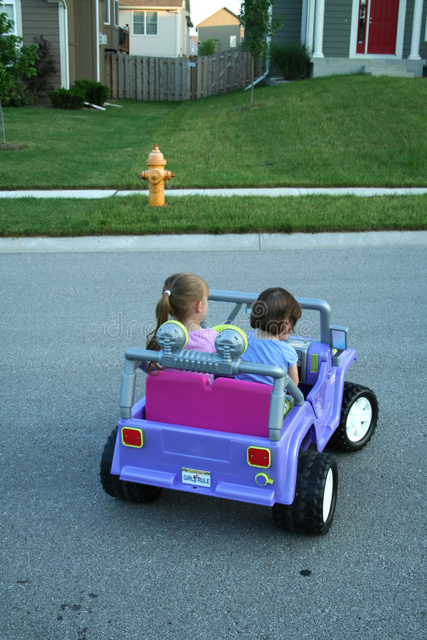 Filles conduisant le véhicule photo libre de droits