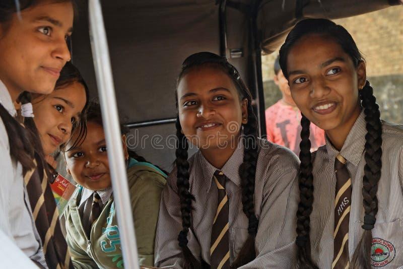 Filles d'école dans un pousse-pousse photographie stock libre de droits