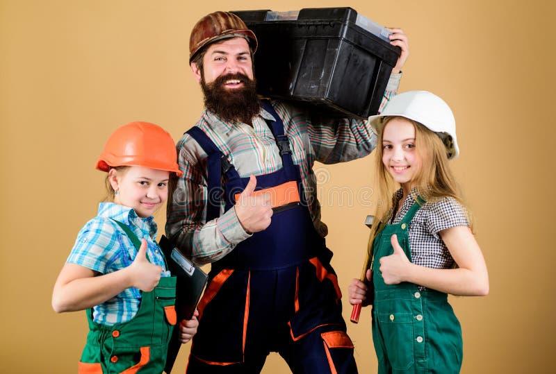 Filles d'enfants de constructeur de p?re ?ducation informelle Jour de p?res Les soeurs aident le constructeur de p?re Notre papa  photographie stock libre de droits
