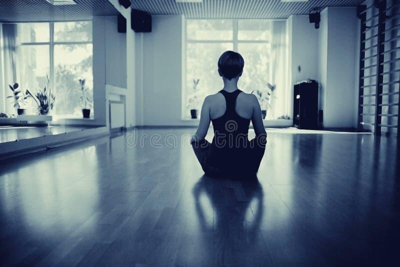 Filles dans la chambre de yoga image stock