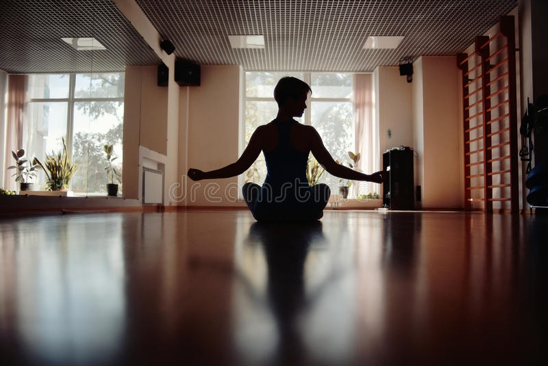 Filles dans la chambre de yoga photos stock