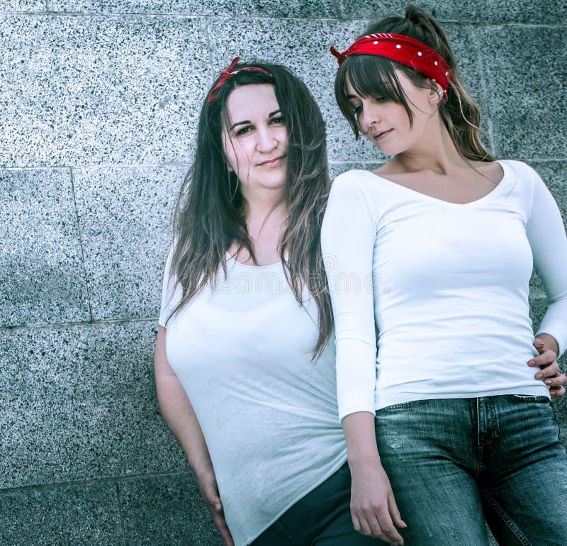 Filles dans les jeans et un T-shirt blanc photos libres de droits
