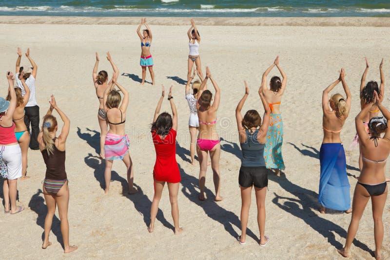 Filles dansant à la plage photos libres de droits
