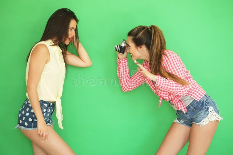 Filles de hippie de meilleurs amis se tenant ainsi que l'appareil-photo de photo photographie stock libre de droits