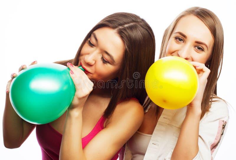 Filles de hippie souriant et tenant les ballons colorés photos libres de droits