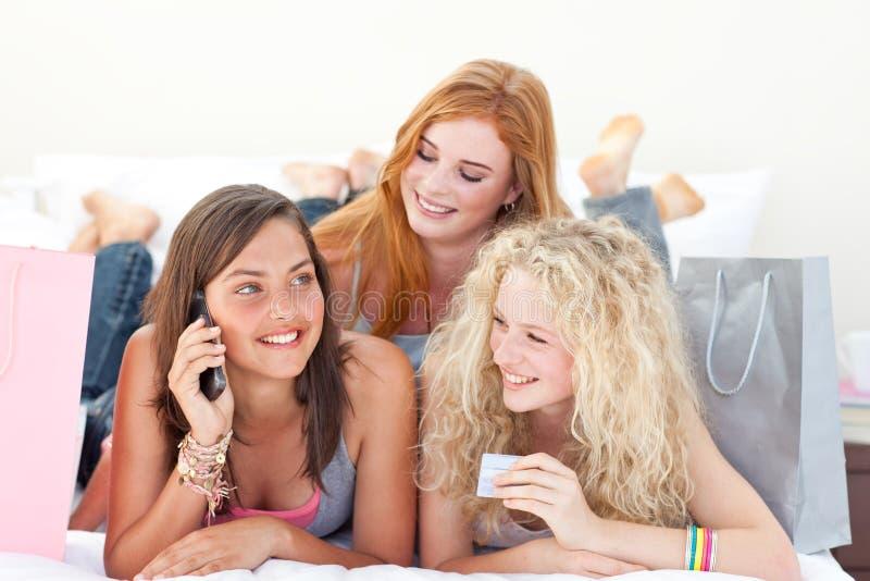 Filles de l'adolescence heureuses après des vêtements d'achats photos stock