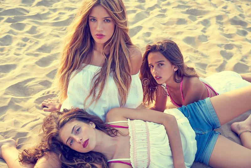 Filles de l'adolescence de meilleurs amis ensemble sur le coucher du soleil de plage images libres de droits