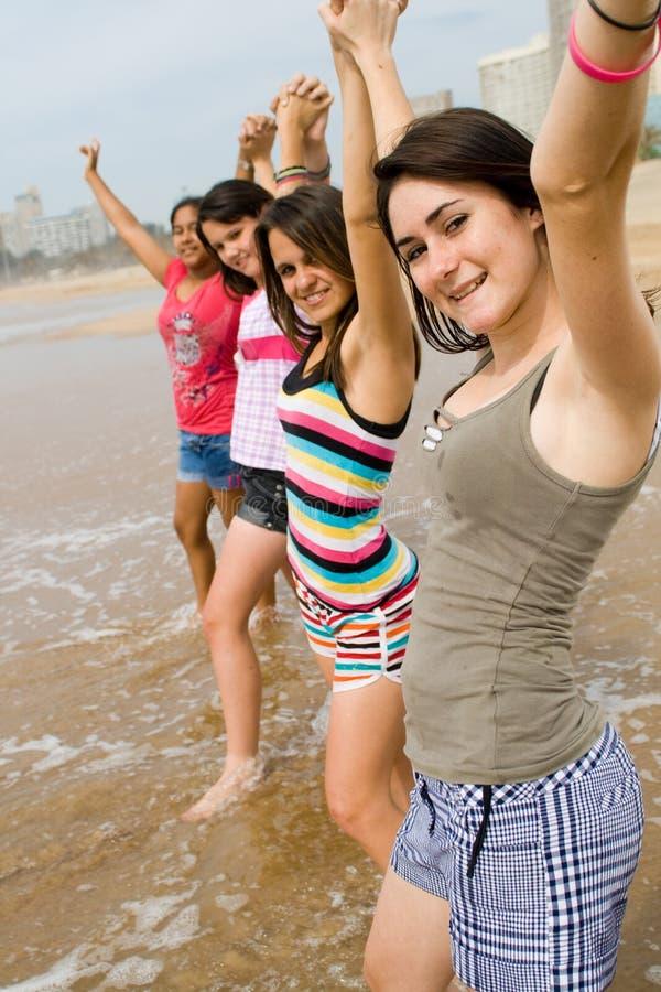 Filles de l'adolescence sur la plage image stock