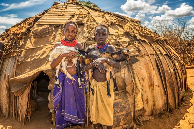 Filles de la tribu africaine Daasanach tenant des chèvres photos libres de droits