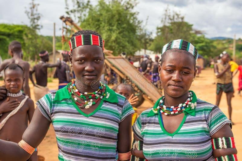 Filles de la tribu de Hamar à un marché local, Turmi, Ethiopie images stock