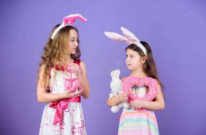 Filles de lapin adorables Peu enfants utilisant des oreilles de lapin de Pâques Enfants mignons dans le style de lapin de Pâques  photo libre de droits