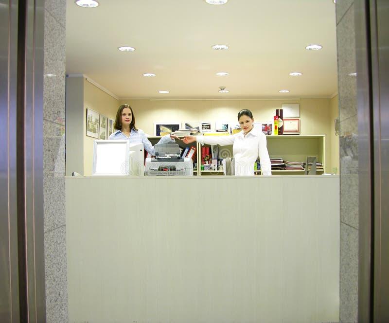 Download Filles De Réception - Bienvenue Photo stock - Image du femmes, affaires: 86972