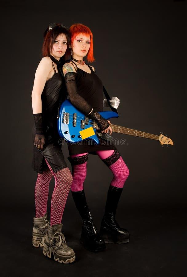 Filles de roche avec la guitare basse photographie stock