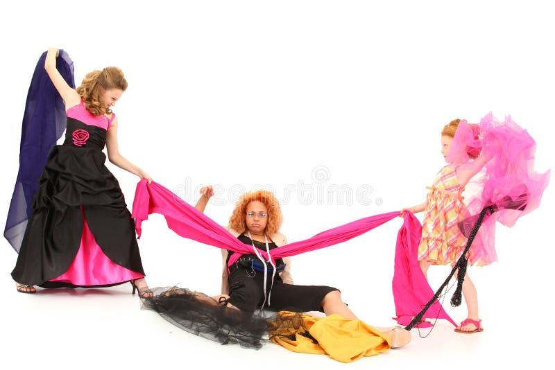 Filles de spectacle pompeux combattant au-dessus du créateur de robe photos libres de droits