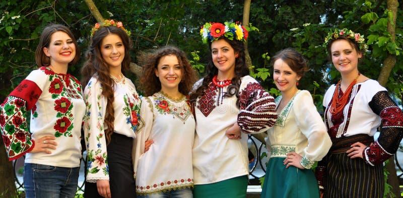 Filles en broderie ukrainienne photo stock