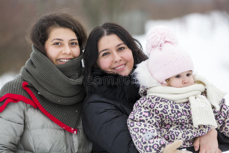 Filles et enfant heureux de sourire en hiver Personnes heureuses dehors photo libre de droits