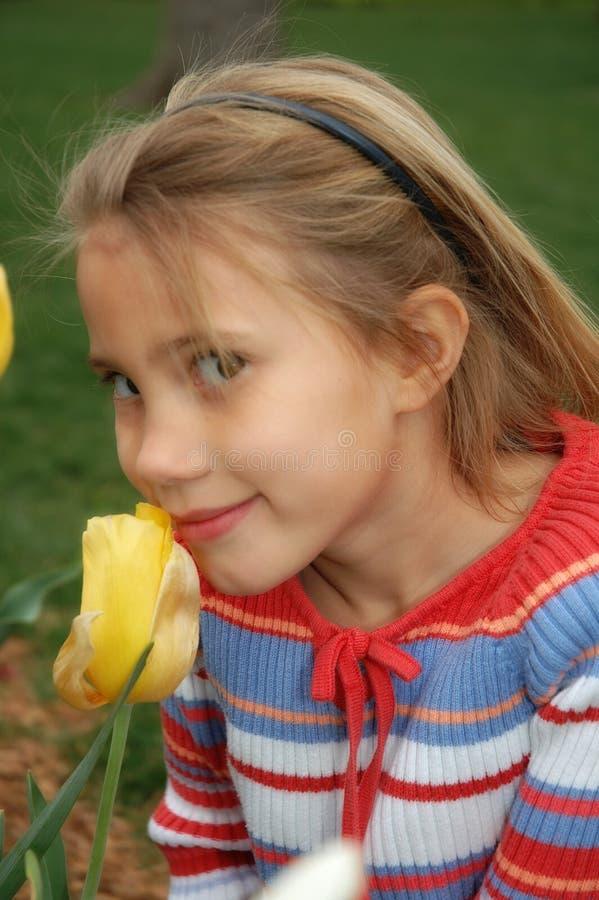 Filles et fleurs photo stock