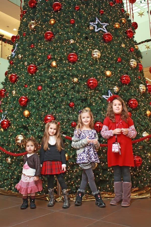 Filles et Noël-arbre photos stock