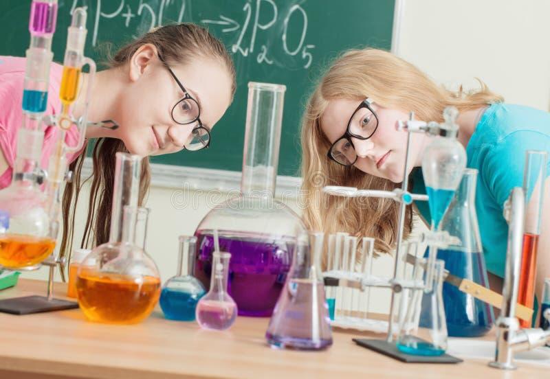 filles faisant des expériences chimiques photo stock