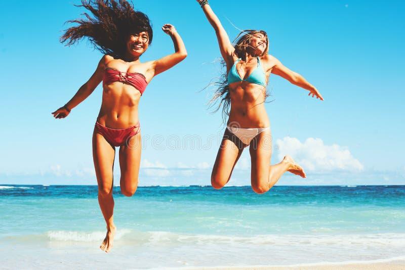Filles heureuses à la plage image stock