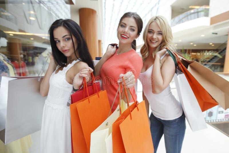 Filles heureuses dans le centre commercial images libres de droits