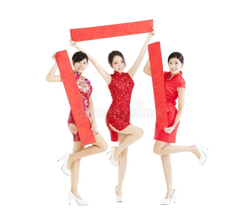 Filles heureuses montrant des couplets de festival de printemps pour le nouveau voix pour chinois images libres de droits