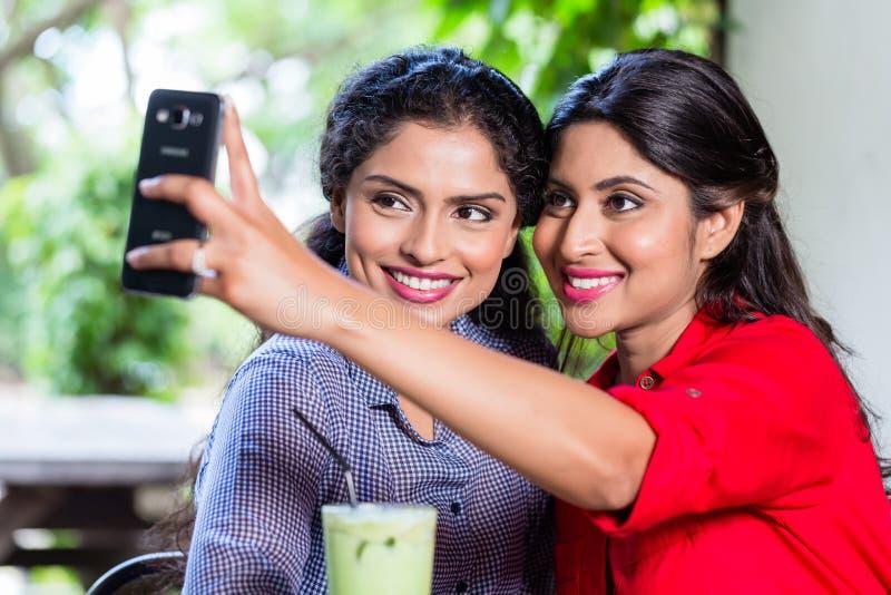 Filles indiennes prenant le selfie photo libre de droits