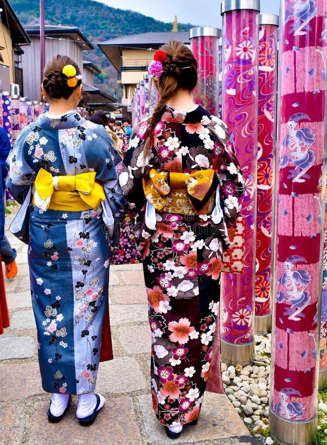 Filles japonaises de kimono marchant dans la forêt de Kyoto photo stock